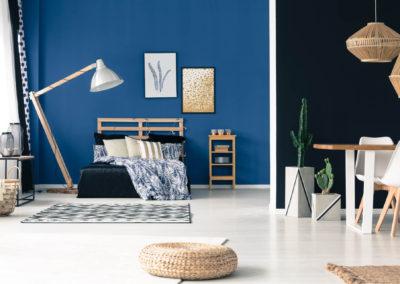 στούντιο βαμμενο μπλε και σκούρο μπλε με λευκή διακόσμηση με στοιχεία ανοιχτού ξύλου