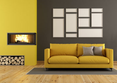 σαλόνι βαμμένο ζεστό γκρι συνδυασμένο με κίτρινη διακόσμηση