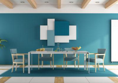 τραπεζαρία βαμμένη μπλε διακοσμημένη με λευκά και μπλε στοιχεία