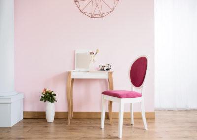 κρεβατοκάμαρα βαμμένη ροζ μπουντουάρ λευκή και και καρέκλα λευκή με κόκκινα μαξιλάρια
