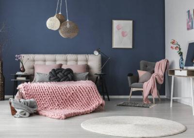 κρεβατοκάμαρα βαμμένη μουντό σκούρο μπλε διακοσμημένο με ασπρόμαυρα και παλ ροζ στοιχεία
