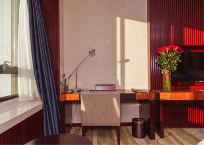 γραφείο βαμμένο ανοιχτό μπεζ με ρετρο διακόσμηση με σκούρο ξύλο