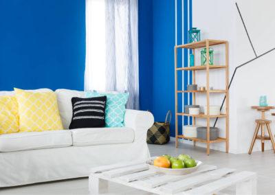 σαλόνι βαμμένο λευκό και μπλε με λευκή διακόσμηση και ξύλινα στοιχεία