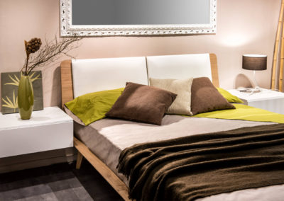 κρεβατοκάμαρα βαμμένη μπεζ με καφέ και πράσινη διακόσμηση