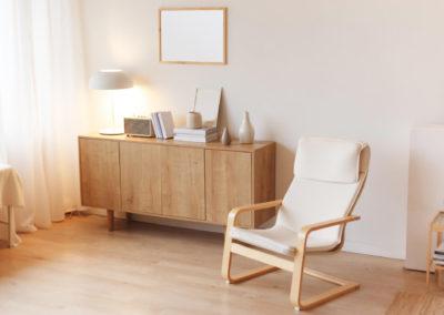 δωμάτιο βαμμένο λευκό με λευκά στοιχεία και ανοιχτό ξύλο