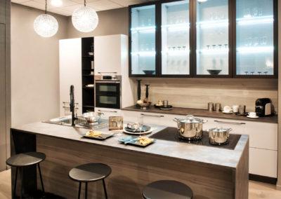 κουζίνα βαμμένη μπεζ ανοιχτό με λευκά και γκρι στοιχεία
