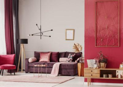 δωμάτιο βαμμένο φωτεινό κόκκινο και άσπρο διακοσμημένο στους τόνους του κόκκινου και ανοιχτό ξύλο