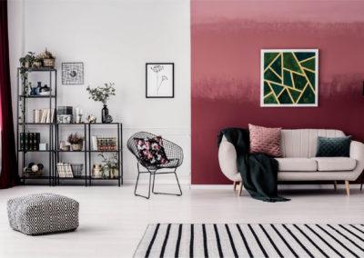 σαλόνι βαμμένο όμπρε από ανοιχτό ροζ σε μπορντό και λευκό διακοσμημένο με ασπρόμαυρα στοιχεία