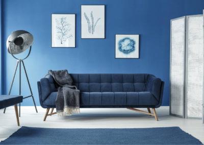 σαλόνι βαμμένο σκούρο μπλε συνδυασμένο με λευκή και ασημί διακόσμηση