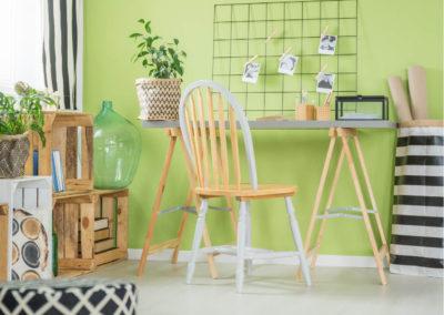 γραφείο βαμμένο λαχανί διακοσμημένο με γκρι και ανοιχτό ξύλο