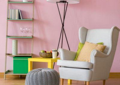 δωμάτιο βαμμένο ροζ διακοσμημένο με πράσινα, κίτρινα και γκρι στοιχεία