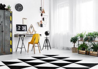 γραφείο βαμμένο άσπρο διακοσμημένο με ασπρόμαυρα, κίτρινα και μεταλλικά στοιχεία