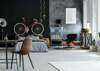 κρεβατοκάμαρα βαμμένη μαύρη και με γκρι τεχνοτροπία stucco veneziano