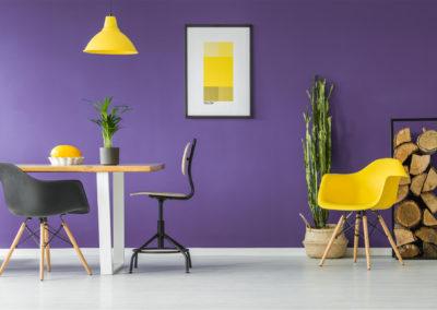 τραπεζαρία βαμμένη μοβ συνδυασμένη με κίτρινα έπιπλα
