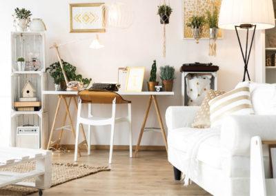σαλόνι βαμμένο λευκό με λευκά έπιπλα και καφέ ή χρυσή διακόσμηση