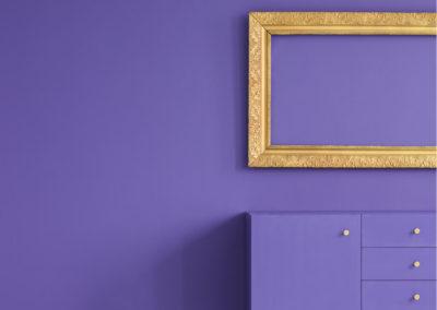 μοβ σαλόνι με χρυσή διακόσμηση
